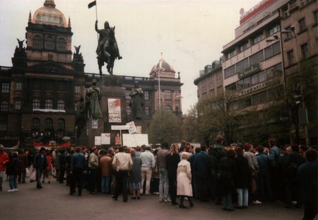 Prague_Demonstration_April_1990 (640x442)